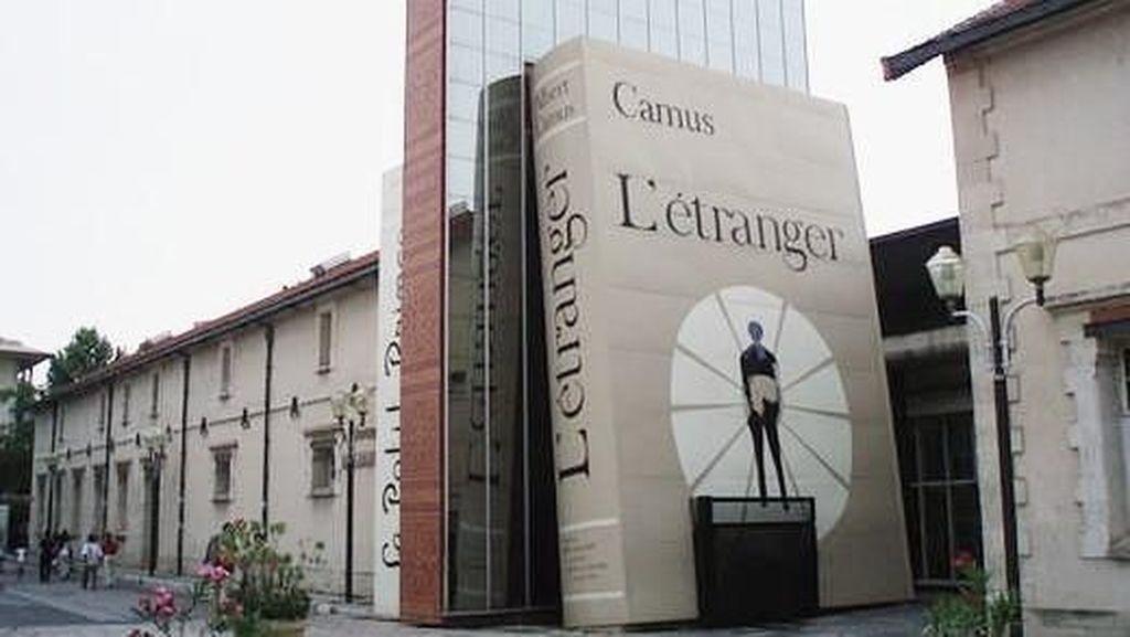 Foto: Ada Buku Raksasa di Prancis!