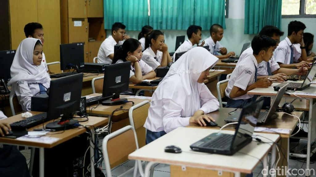 Siswa SMA Ikuti Ujian Nasional Hari Pertama