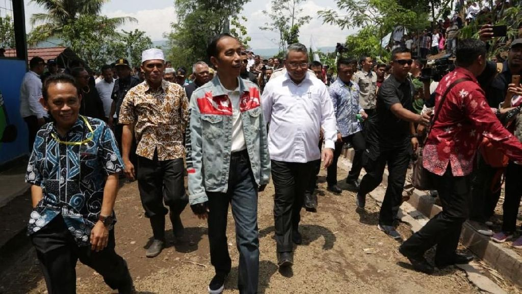Gaya Mendes Dampingi Jokowi Tinjau Padat Karya