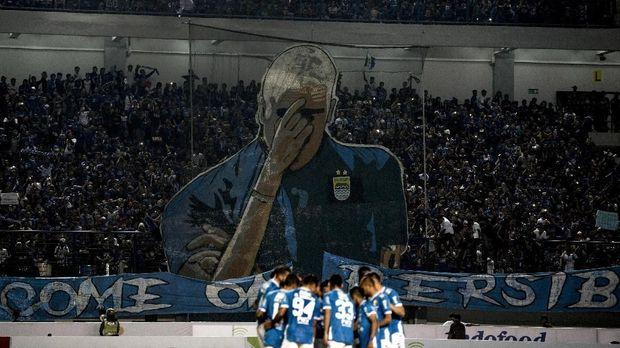 Persib Bandung tampak kesulitan menembus pertahanan Persipura. (