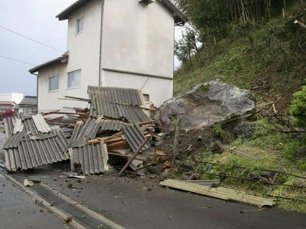 Penampakan Kerusakan Akibat Gempa 5,7 di Jepang