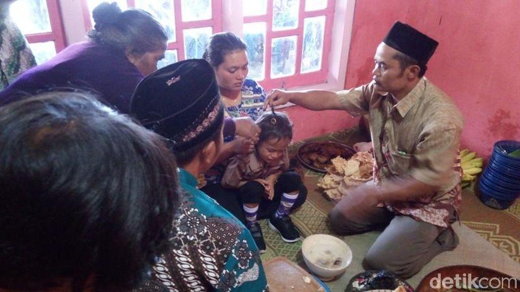 Foto: Tradisi Potong Rambut Gimbal yang Bukan di Dieng