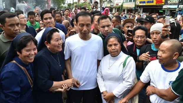 Presiden Jokowi saat menyapa warga ketika di Yogyakarta pada akhir Desember 2017 lalu.