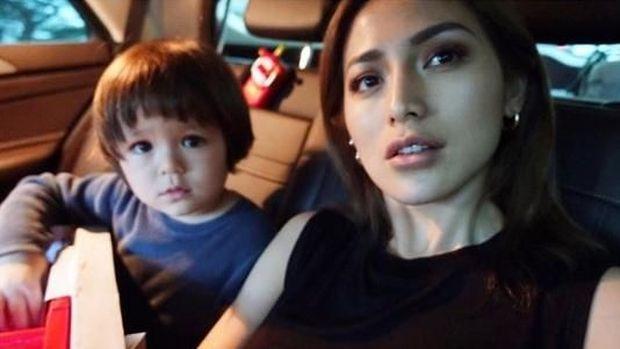 Jessica Iskandar bersama putranya, El Barack.