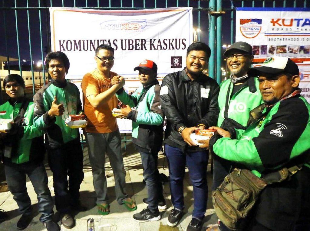 Berbagi Makanan di Kopdar Sayonara Uber