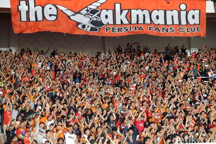 Suporter Persija Jakarta The Jakmania dan suporter tim Johor Darul Taazim (JDT) Boys Of Straits memadati Stadion Utama Glora Bung Karno (SUGBK) dalam laga lanjutan pertandingan fase grup Piala AFC 2018, Selasa (10/4/2018).