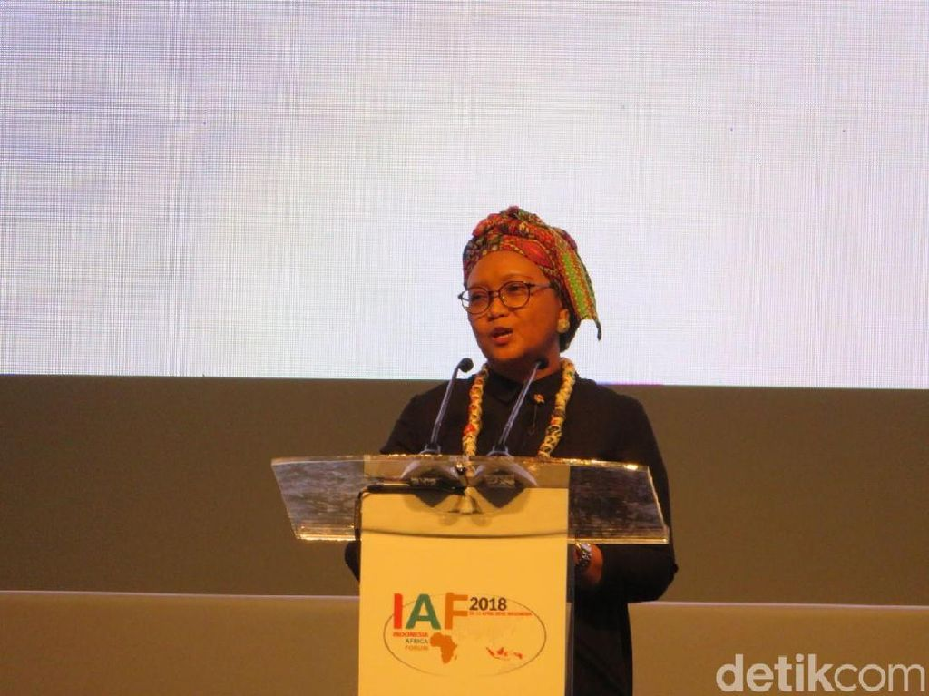Foto: Pesona Retno Marsudi dengan Pakaian Khas Afrika