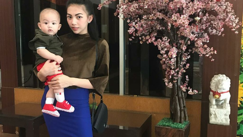 Gaya Keren Kezia Karamoy si Mama Muda Saat Main Bareng Anaknya