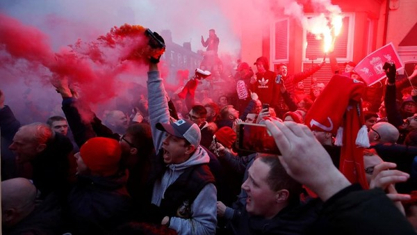 Liverpool Minta Suporter Tak Bawa Flare ke Etihad