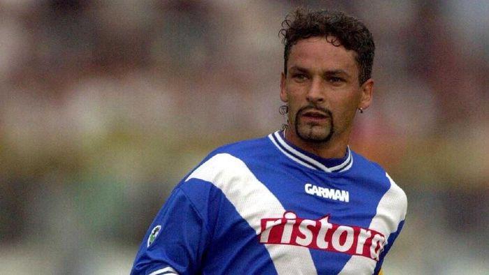 Membela Juventus sejak 1990, Roberto Di Baggio dijual ke AC Milan pada 1995 seharga 7,6 juta euro. Penjualannya sempat diprotes fans Juventus karena ia turut menyumbang gelar Serie A, Piala UEFA, dan Coppa Italia. Dua musim di Milan, ia hanya meraih satu trofi Serie A. (Foto: Grazia Neri/ALLSPORT)