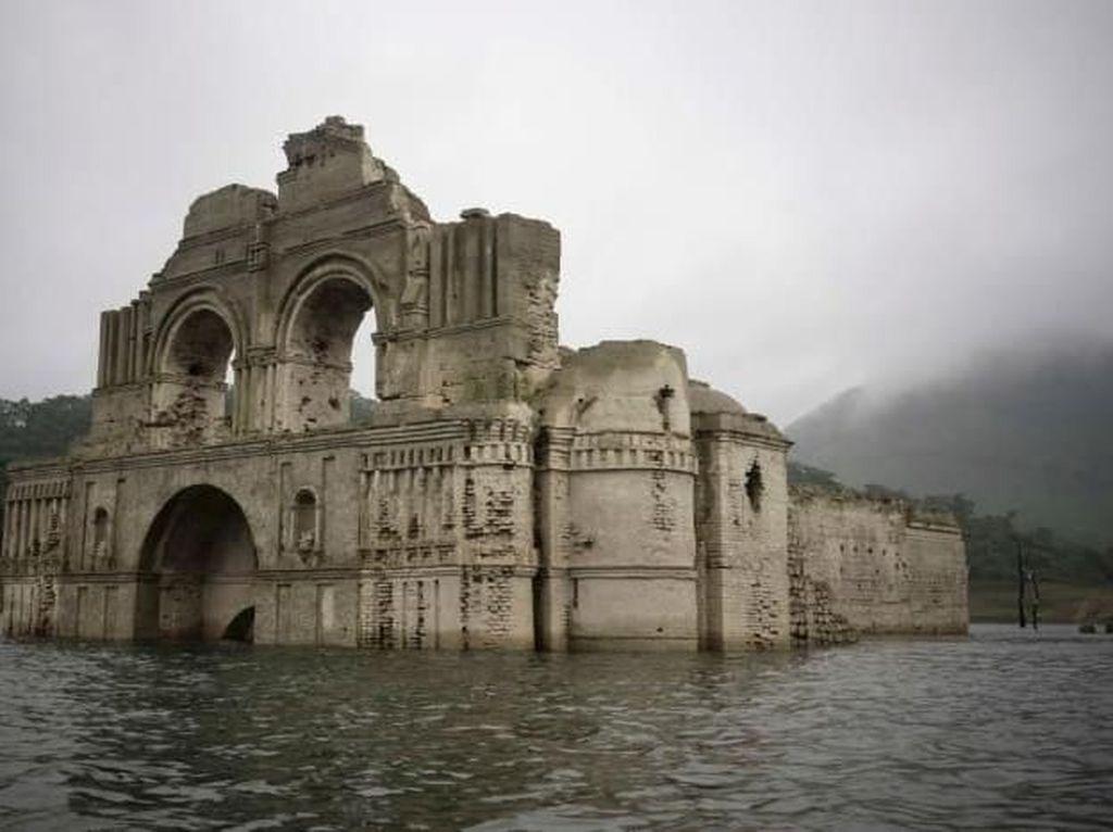 Foto: Gereja yang Muncul ke Permukaan Air