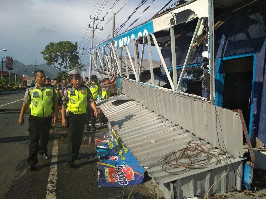 Wuss, Teras Pos Polisi Trenggalek Ambruk Diterpa Angin Kencang