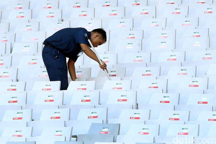 Sejumlah petugas tengah melakukan perawatan tribun penonton Stadion Utama Gelora Bung Karno (SUGBK) Senayan, Jakarta, Rabu (11/4).