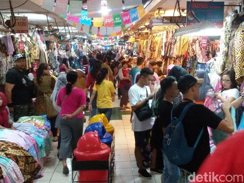 Ramainya Pasar Beringharjo Yogya Saat Buka Sampai Malam Hari