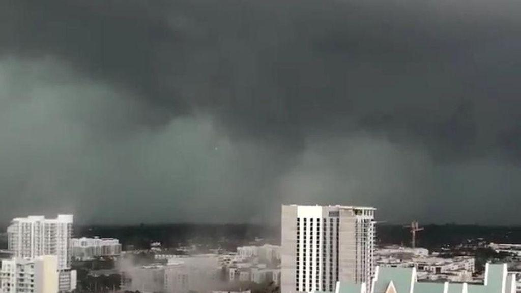 Penampakan Tornado di Pelabuhan Everglades Florida