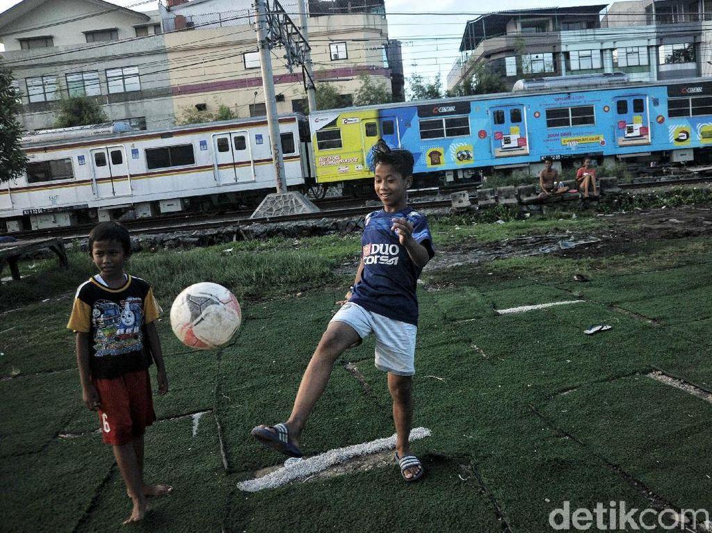 Potret Kehidupan di Pinggir Rel Kereta Api Jakarta