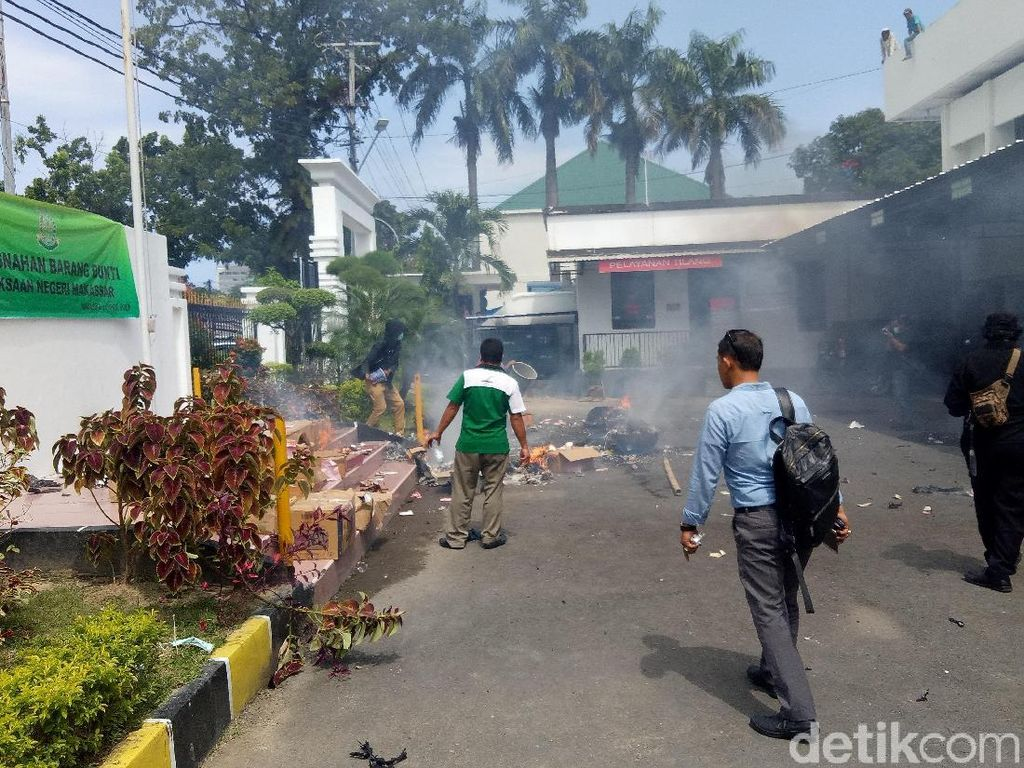 Foto: Duarr! Barang Bukti Meledak Saat Dimusnahkan di Makassar