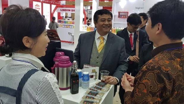 Dubes RI untuk Korsel, Umar Hadi memperkenalkan kopi Indonesia di International Coffee Expo Seoul 2018.