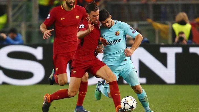 Penyerang Barcelon Luis Suarez berduel dengan gelandang Roma Kevin Strootman. (Foto: Tony Gentile/REUTERS)