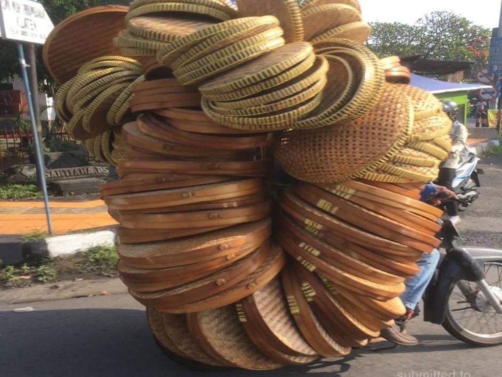 Pemain Sirkus di Jalanan yang Buat Hati Cenat-cenut