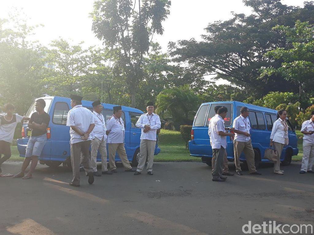 Foto: Kader Gerindra Ramai-ramai Naik Angkot ke Rumah Prabowo