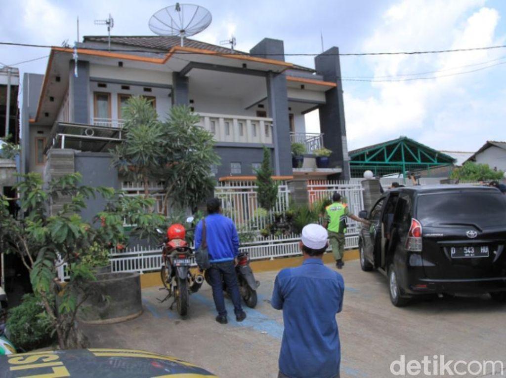 Foto: Melihat Lagi Rumah Mewah Bos Miras Oplosan Maut