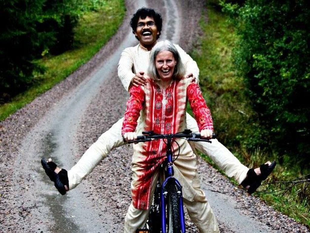 Kisah Romantis Pria Kayuh Sepeda Lintasi 8 Negara Demi Bertemu Istri