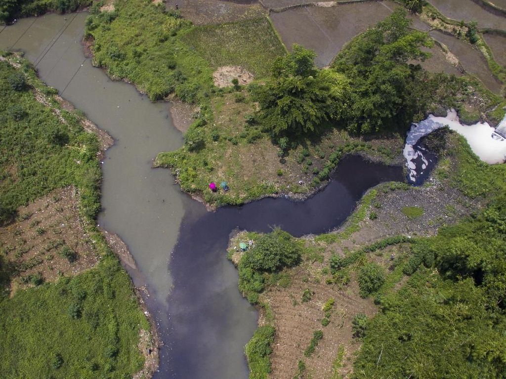 Penampakan Sungai Citarum yang Tercemar Limbah Industri