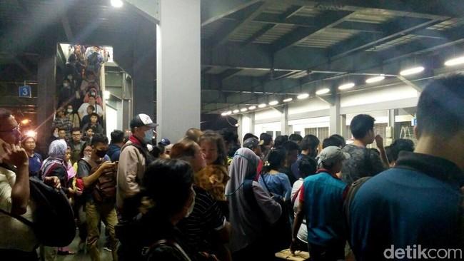 Cerita Horor Stasiun Duri: Bertaruh Nyawa di Bibir Peron