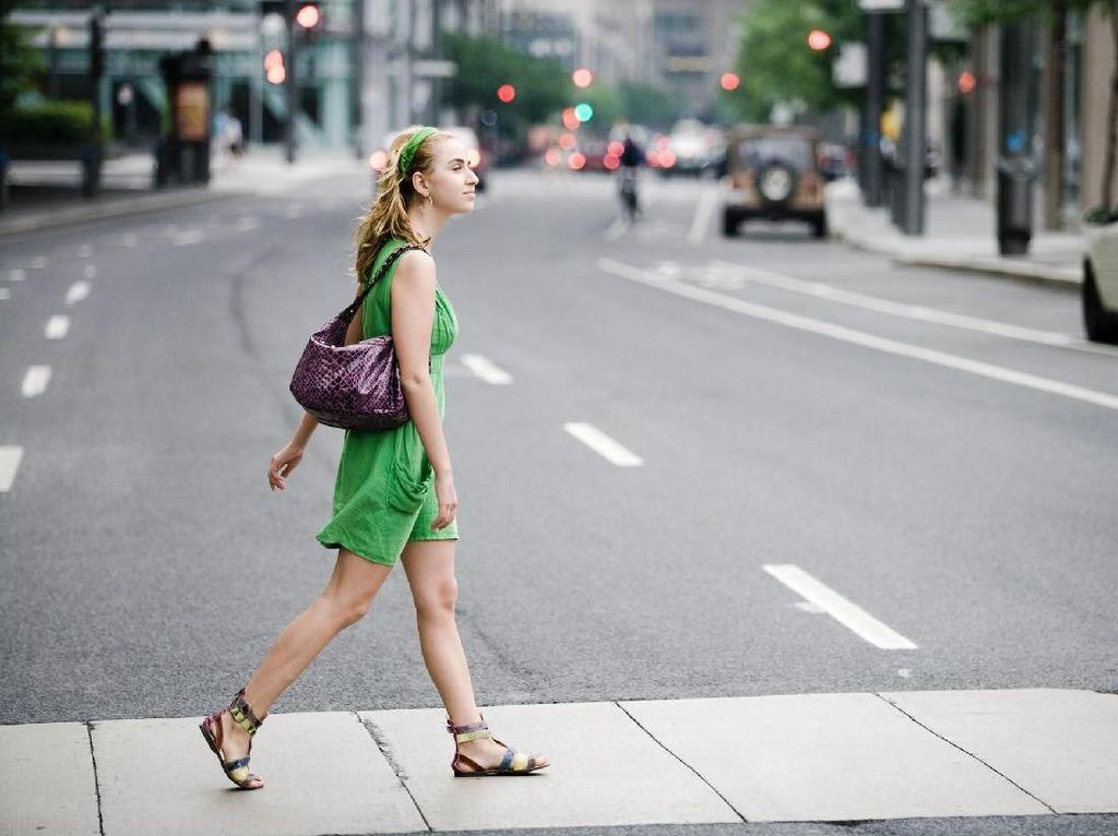 Menebak Kepribadian Seseorang dari Gaya Berjalannya