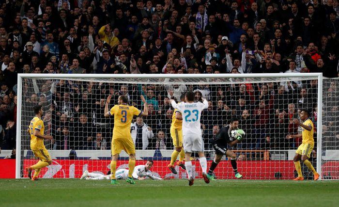 Inilah awal dari kontroversi besar di laga Real Madrid vs Juventus. Di periode injury time, saat Juventus unggul 3-0, Mehdi Benatia melanggar Lucas Vazquez. (REUTERS/Paul Hanna)