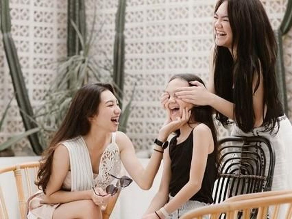 Be Happy! Senyum Putri Sarita saat Liburan Bersama