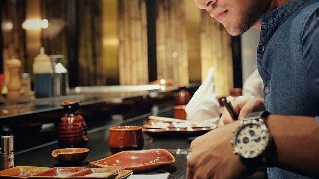 Romantisnya Ammar Zoni Saat Makan Kue dan Ngopi Bareng Kekasih