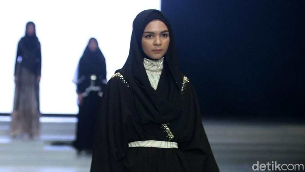 Foto: Serba Gelap, 12 Busana Muslim Karya Terbaru Zaskia Sungkar