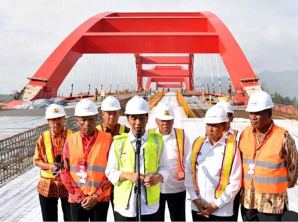 Tengok Jembatan Holtekamp, Jokowi: Bisa Tumbuhkan Ekonomi Baru