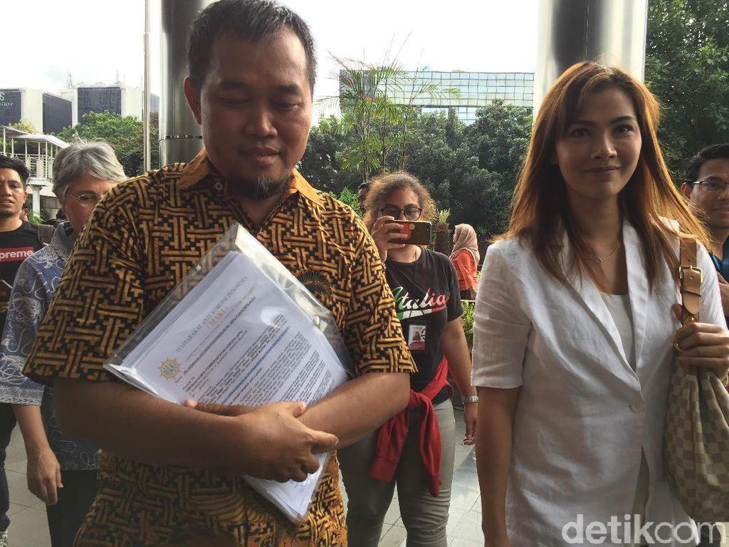 Menangi Praperadilan Century, Boyamin Ditemani Nadia Mulya ke KPK