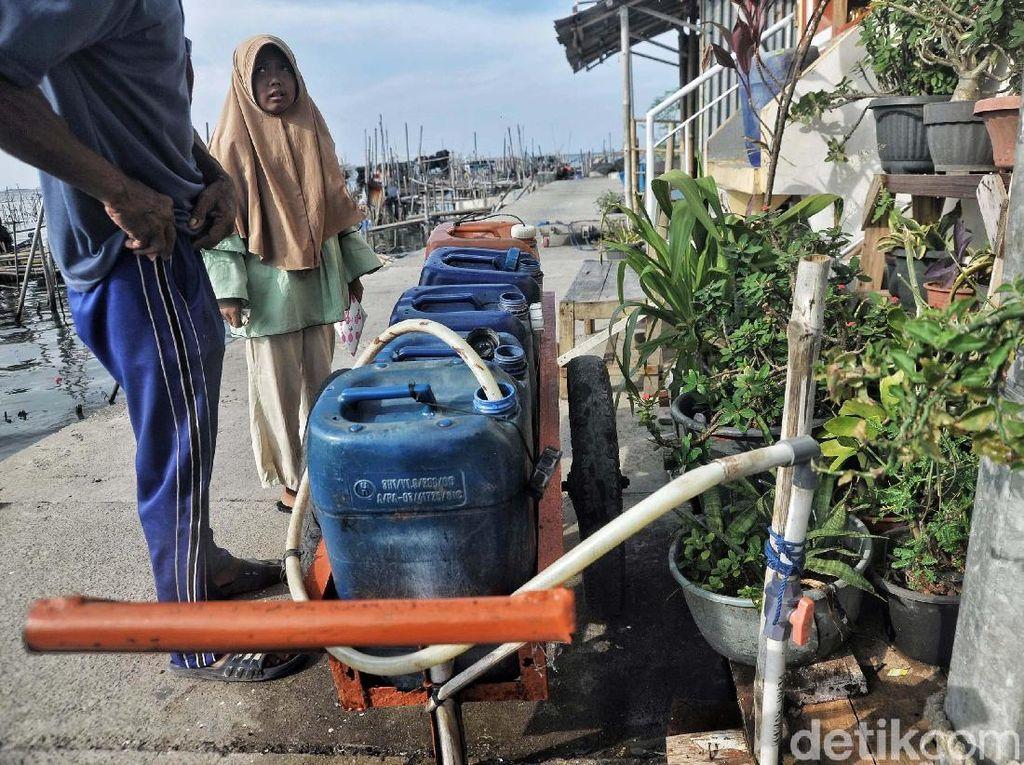 Potret Sulitnya Air Bersih di Muara Kamal