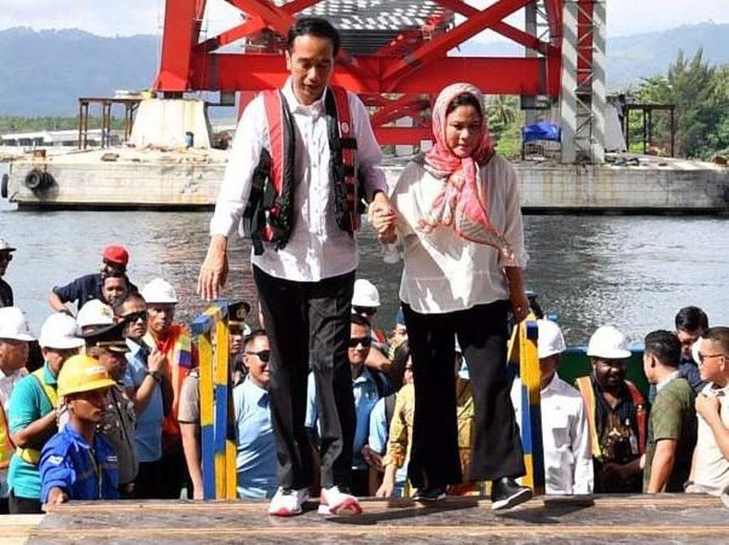 Gandeng Istri, Jokowi Cek Proyek Jembatan Kebanggaannya di Papua