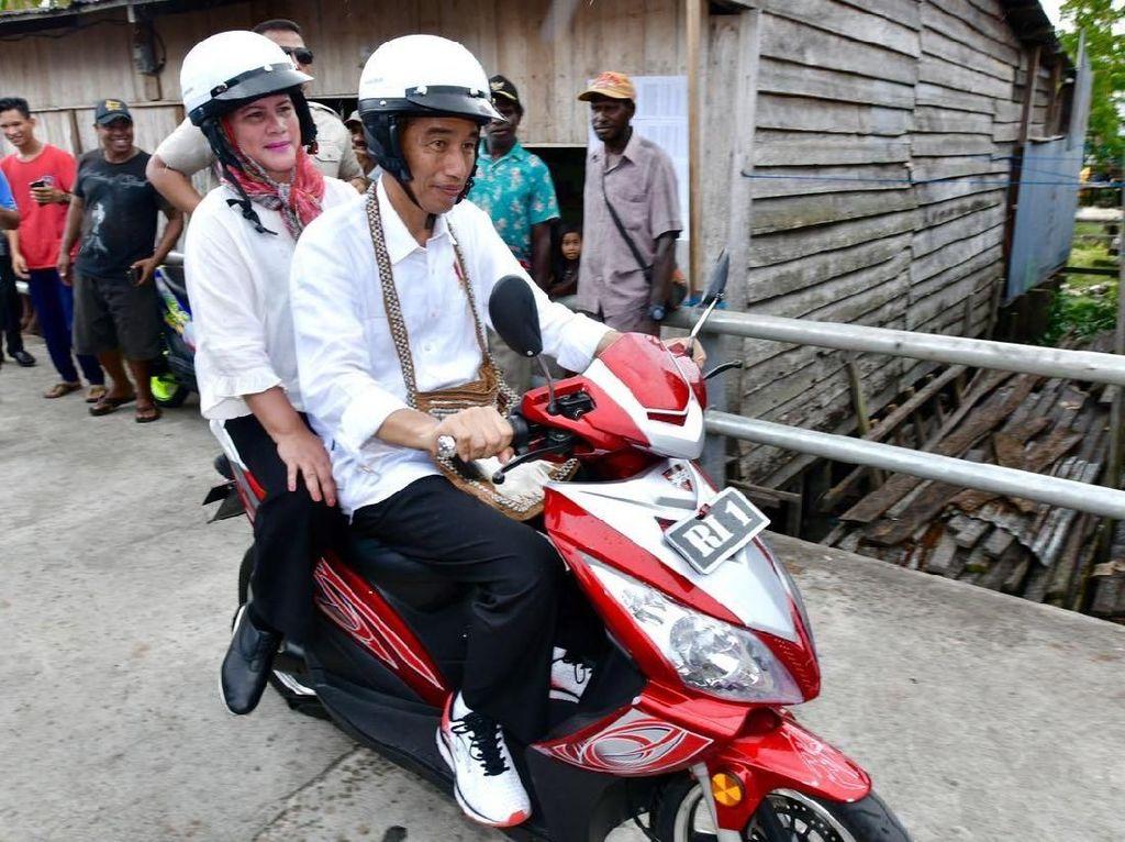 Jokowi Naik Motor Listrik Bonceng Iriana di Asmat