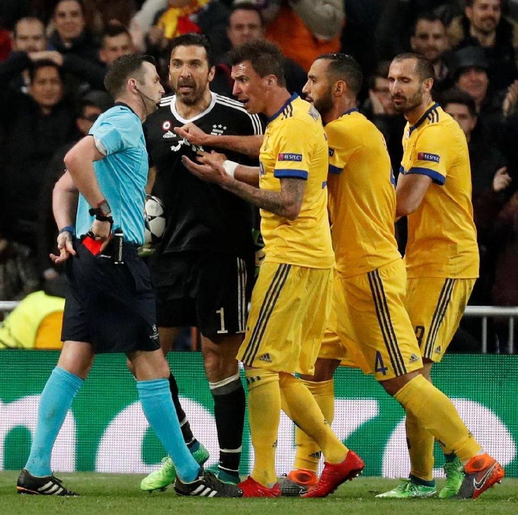 Gianluigi Buffon Minta Maaf ke Wasit Michael Oliver