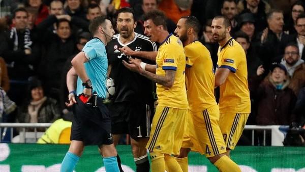 Apa Sih yang Dikatakan Buffon ke Wasit Sampai-sampai Dikartu Merah?