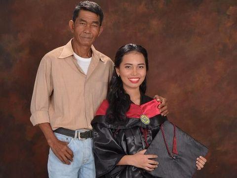 Mailyn Esquelito Akoy bersama ayahnya yang seorang kuli panggul semen.