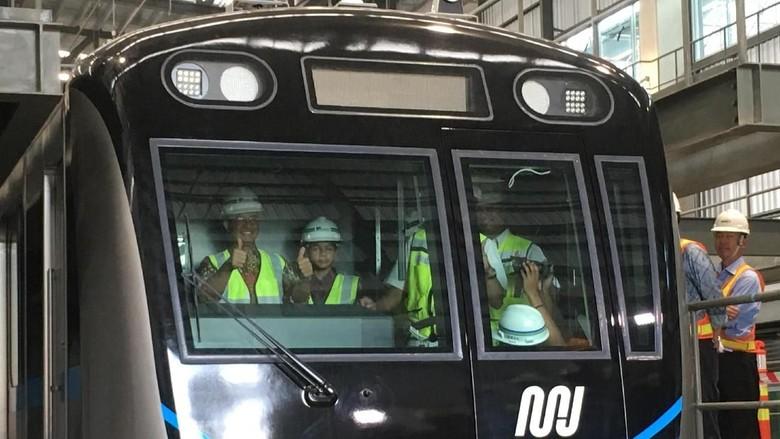 Ajak Anak, Anies Lihat Kereta MRT di Depo Lebak Bulus