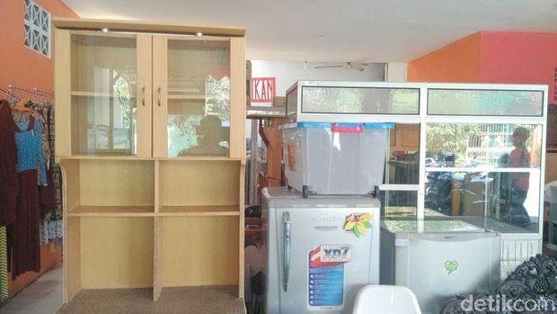 Barang-barang yang dijual di Super Market Shodaqah Islamic Center al-Muthi'in.