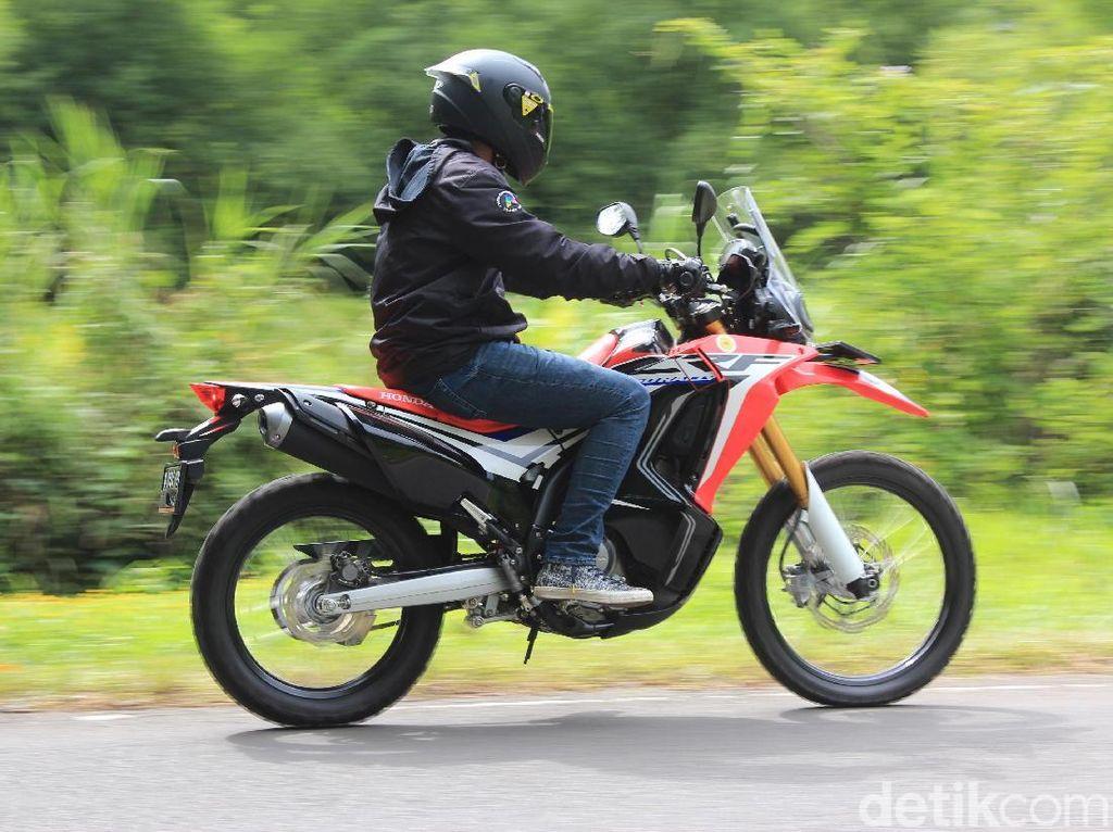 Membawa Yamaha Nmax, Suzuki GSX-S 150, dan CRF250Rally ke Puncak