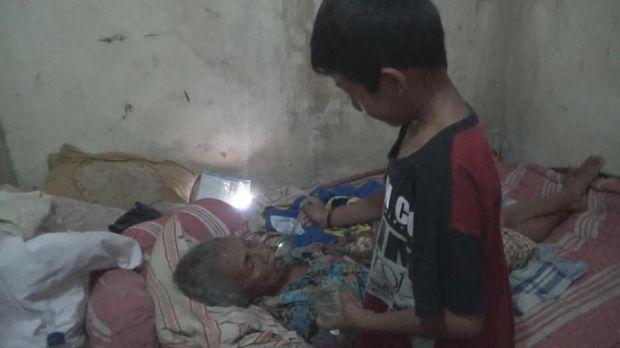 Cerita Helmi, Bocah SD di Jombang yang Rawat Nenek Seorang Diri