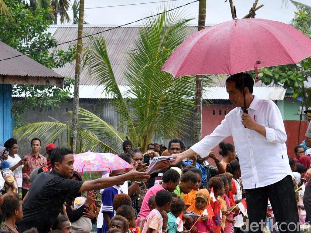 Lewat Vlog, Jokowi Ungkap Alasan Pakai Sneakers Saat Blusukan