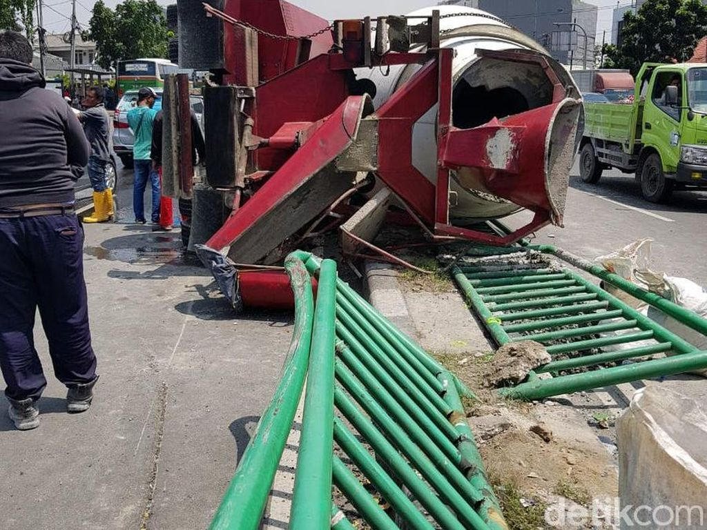 Truk Molen Terguling dan Timpa Mobil di Jatibaru