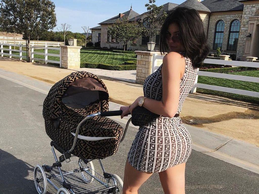 Gaya Hidup Super Mewah Stormi, Anak Kylie Jenner yang Baru 2 Bulan