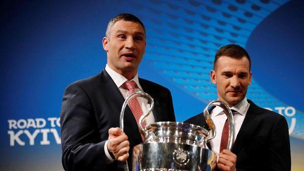 Mantan bintang AC Milan asal Ukraina, Andriy Shevchenko, mendapat kehormatan melakukan undian semifinal Liga Champions. (